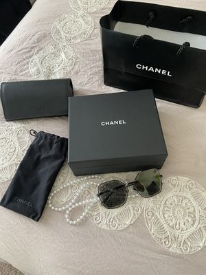 Brand New CHANEL S/S 2020 BUTTERFLY BLACK METAL SUNGLASSES WITH PEARL BEAD NECKLACE for Sale in Pompano Beach, FL