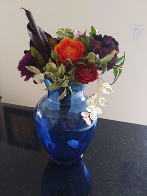 Vintage. Beautiful cobalt blue vase with flowers. Jarron azul cobalto con flores. for Sale in Miami, FL