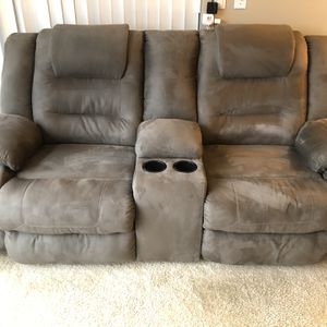 Reclined Lovely Couch for Sale in Cleveland, OH