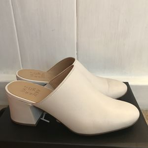 NATURALIZER Mule Size 9.5 (Usually wear a 9) 🔺MUST GO TODAY🔺🌟Mules-HUGE TREND!🌟❄️Winter White❄️ for Sale in San Jose, CA