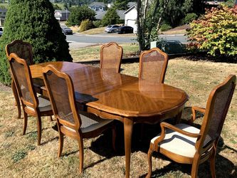 THOMASVILLE DINING TABLE AND CHAIRS IN EXCELLENT CONDITION for Sale in Marysville,  WA