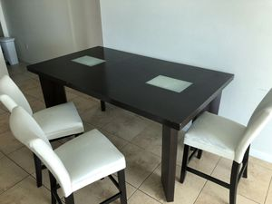 Dinner table with 4 chairs. The chairs need upholstery $95 for Sale in Miami, FL