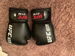 Large youth Ufc boxing gloves. Never been used. for Sale in San Fernando, CA