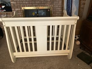 Baby crib/bed with matching dresser for Sale in Mesa, AZ