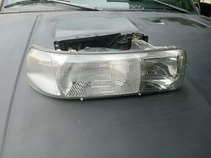 Front right side headlight for 1999 to 2002 Chevy 1500 for Sale in Gilroy, CA