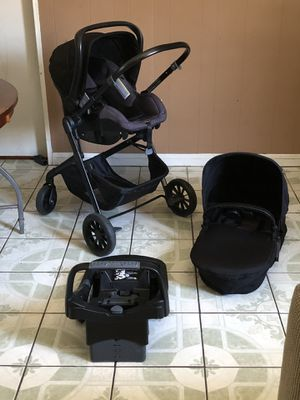 PRACTICALLY NEW EVENFLO PIVOT TRAVEL SYSTEM STROLLER CAR SEAT AND BASSINET 3 in 1 for Sale in Riverside, CA