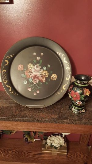 Large decorative plate on stand and vase set for Sale in Shelby Charter Township, MI