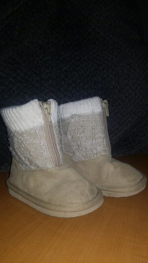 Size 5 childrens girls winter boots for Sale in Las Vegas, NV