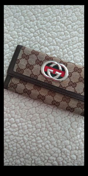 original gucci wallet has signs of use but they are pekenas. That's why I leave it varata. But the rest is perfect. for Sale in Dallas, TX