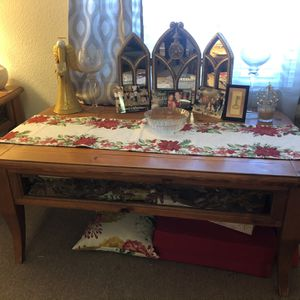 Coffee table with 1 matching end table for Sale in Fresno, CA