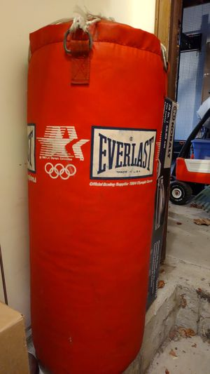 Everlast heavy punching bag for Sale in Orland Park, IL