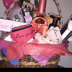 Gift Basket V-Day 🤩😍🥰😘💙❣💟💕💜💙💛💛💞💌💌 for Sale in Chicago, IL