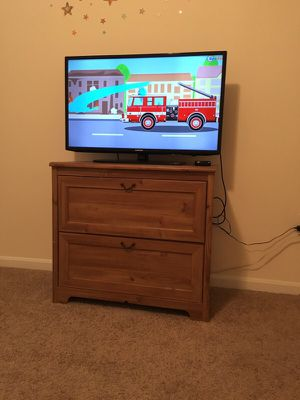 Samsung TV 40 inches with roku 3 for Sale in Herndon, VA