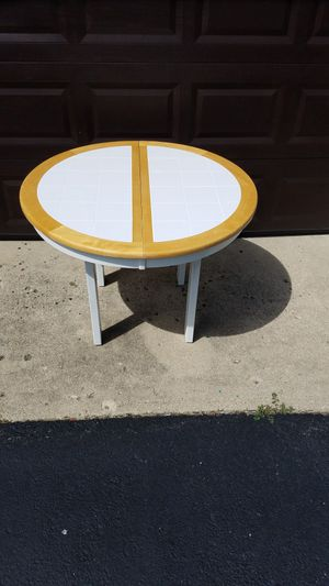 Round / Oval kitchen dining table for Sale in London, OH