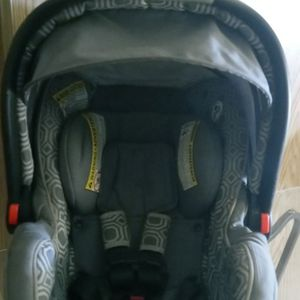 Graco Infant Car Seat Located Close To The Airport for Sale in Las Vegas, NV