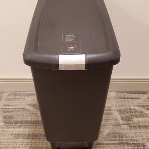 11-GALLON, SLIM, STEP-ON, ROLLING TRASH CONTAINER - firm price. for Sale in Arlington, VA