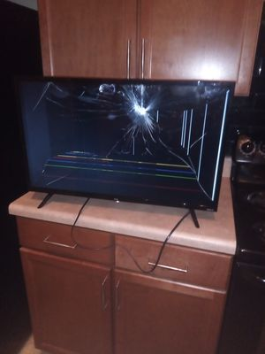 TcL Roku Smart TV (Cracked Screen) for Sale in Lithonia, GA