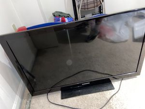 43 inch samsung tv comes w remote and power cord for Sale in Gaithersburg, MD