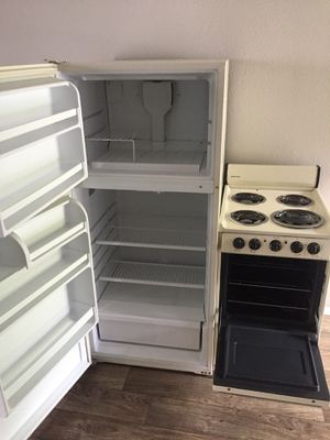 """Whirlpool refrigerator and 24"""" GE electric range for Sale in Austin, TX"""