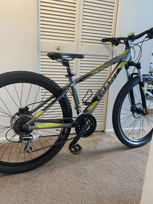 Giant mountain bike double disc break hydraulic medium size frame good condition for Sale in Clearwater, FL