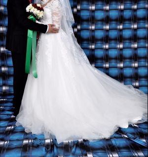 Wedding dress/ 9 layered gown with veil adjustable from size 4-10 NO stains Long train for Sale in Woodbridge, VA