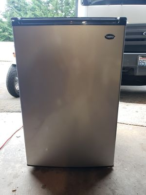 Sanyo mini fridge refrigerator for Sale in Puyallup, WA