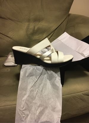 8 1/2 M Naturalizer Vivy, White Leather Metallic Sandals for Sale in Seattle, WA