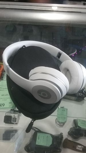 WHITE BEATS HEADPHONES SOLO WITH CASE AND AUX CORD for Sale in Sacramento, CA