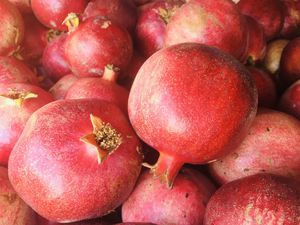 Season POMEGRANATES fresh and sweet 😋 M/L/Xl for Sale in Indio, CA