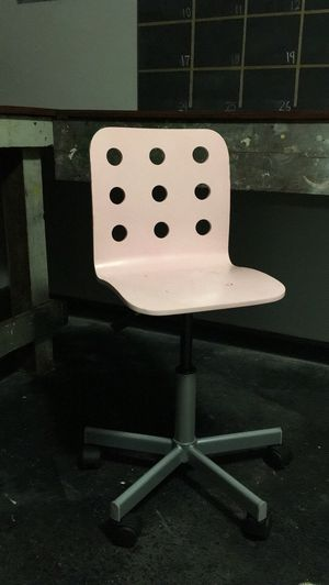 Child's Pink Swivel Chair for Sale in Manchester, MO