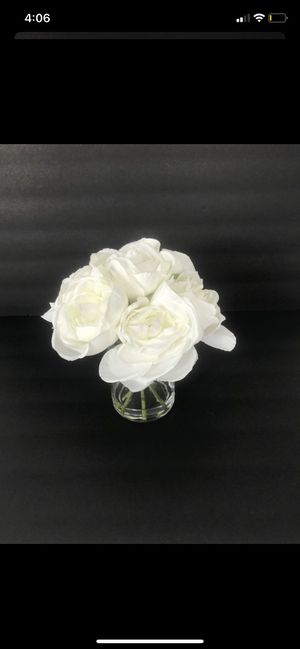 White flower bouquet decor with clear vase for Sale in Miami, FL