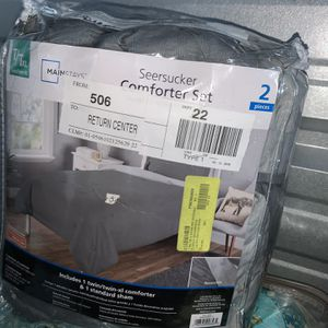 Twin Size Reversible Comforter Set. for Sale in Columbus, OH