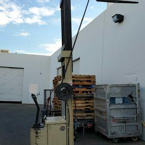 Crown Forklift pallet stacker electric for Sale in Las Vegas, NV