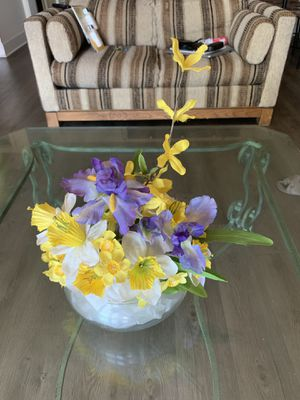 Flowers in a round glass pot for Sale in Aurora, CO