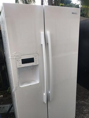 Refrigerator Samsung like new for Sale in West Palm Beach, FL
