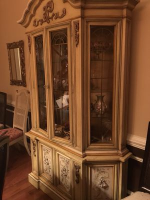Dining room table and hutch for Sale in Rockville, MD