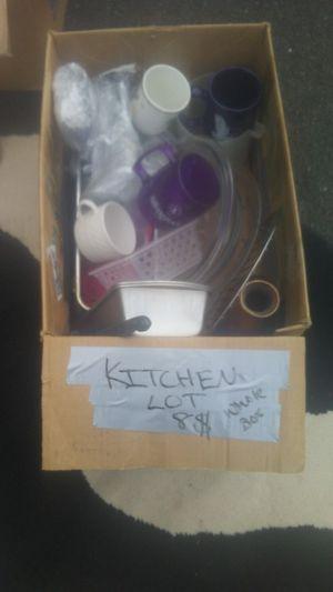 8$ kitchen lot medium box for Sale in BETHEL, WA