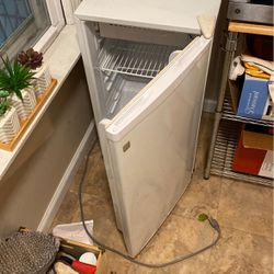 Ge Mini Fridge for Sale in Philadelphia,  PA