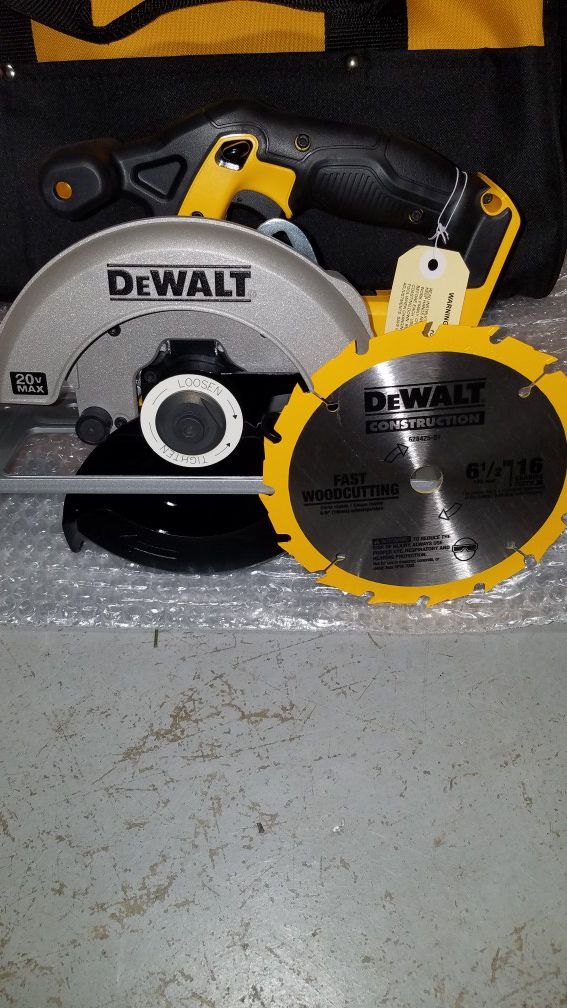 NEW Dewalt 20v MAX circular saw with blade and large contractors bag