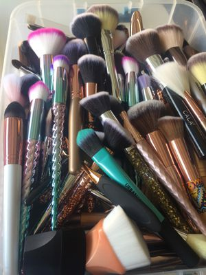 25 makeup brushes for $50 for Sale in Hawthorne, CA