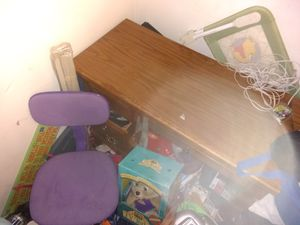 Small office chair and desk for Sale in Columbus, OH