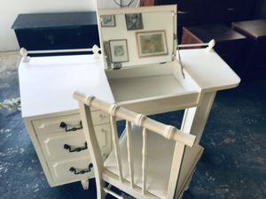 Desk/vanity for Sale in Hollywood, FL