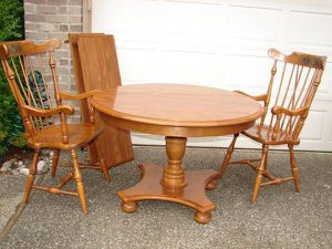 Gorgeous Ethan Allen Pedestal Table 2 Leaves 2 Windsor Stenciled Chair for Sale in Mill Creek, WA