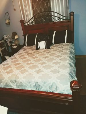 Queen bed and dresser in excellent condition for Sale in Durham, NC