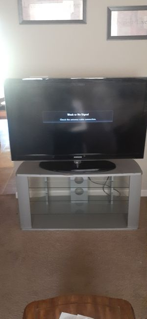 Samsung 43 in TV w/ Glass stand for Sale in Raytown, MO