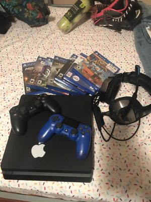 PS4 500GB Two controllers 7 games and Headphone for Sale in Belle Isle, FL