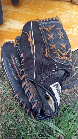 Franklin right handed baseball glove for Sale in Tacoma, WA