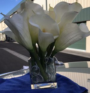 Silk Calla Lily flower arrangement in square vase for Sale in Las Vegas, NV