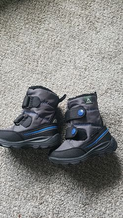 Snow boots toddler size 8 for Sale in Portland,  OR