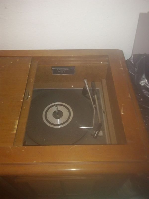 Working antique record 8-track radio in good condition